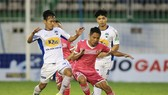 Hoàng Anh Gia Lai (áo trắng) trong trận thắng Sài Gòn 3 - 2. Ảnh: MINH TRẦN