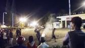 Một số đối tượng quá khích ném đá vào trụ sở UBND tỉnh và lực lượng công an.