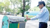 Thùng rác công cộng có 2 ngăn để thực hiện phân loại rác thải tại nguồn ở Công viên Văn Lang, quận 5, TPHCM. Ảnh: THÀNH TRÍ
