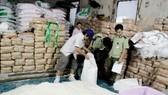 Lực lượng QLTT TPHCM phát hiện kho chứa đường cát không rõ nguồn gốc ở quận 6. Ảnh: THI HỒNG