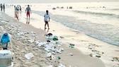 Vũng Tàu: Thu gom hàng trăm tấn rác dạt vào bãi biển