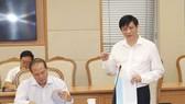 Thứ trưởng Bộ Y tế Nguyễn Thanh Long báo cáo công tác bảo đảm ATTP tại cuộc họp. Ảnh: VGP