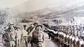 Đại tướng Võ Nguyên Giáp duyệt đội danh dự Trung đoàn 174 khi về thăm Trung đoàn (năm 1978).