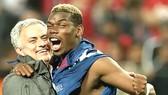Jose Mourinho (trái) khẳng định mối quan hệ tốt đẹp với Paul Pogba