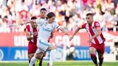 Luka Modric (áo trắng) sẽ cùng đồng đội đánh bại chủ nhà Girona?