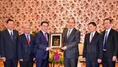 Bí thư Thành ủy TPHCM Nguyễn Thiện Nhân tặng quà lưu niệm đoàn đại biểu Hội Hữu nghị Lào - Việt. Ảnh: hcmcpv