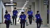Nhân viên phun thuốc khử trùng nhằm ngăn chặn sử lây lan của virus MERS tại sân bay quốc tế Gimpo ở Seoul. Ảnh: Yonhap.