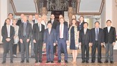 Chủ tịch UBND TPHCM Nguyễn Thành Phong chụp hình lưu niệm với đoàn công tác cấp cao tỉnh Uppsala, Thụy Điển. Ảnh: hcmcpv
