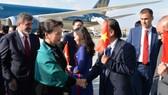 Đại diện cộng đồng người Việt Nam tại Thổ Nhĩ Kỳ đón Chủ tịch Quốc hội tại sân bay. Ảnh: Nhandan