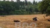 Khai thác cát trái phép trên sông Kim Sơn đoạn phía Đông cầu Bến Bố. Ảnh: Báo Bình Định