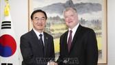 Bộ trưởng Thống nhất Hàn Quốc Cho Myoung-gyon (trái) và Đặc phái viên Mỹ phụ trách vấn đề Triều Tiên Stephen Biegun trong cuộc gặp tại thủ đô Seoul ngày 30-10-2018. Ảnh: Yonhap/TTXVN