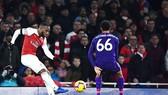 Arsenal (trái) trong trận hòa 1 - 1 với Liverpool. Ảnh: Dailymail