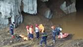 Lực lượng chức năng đang triển khai cứu hộ 2 nạn nhân mắc kẹt trong lò khai thác vàng. Ảnh: Thanh Niên Online