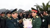 Thượng tướng Ngụy Phượng Hòa đón Đại tướng Ngô Xuân Lịch. Ảnh: QĐND
