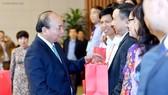 Thủ tướng Nguyễn Xuân Phúc tặng quà các nhà giáo. Ảnh: VGP
