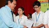 135 sinh viên y khoa nhận học bổng Nguyễn Văn Hưởng