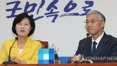 Choo Mi-ae, the leader of the ruling Democratic Party, speaks with Chinese Ambassador to South Korea Qiu Guohong during their talks at the National Assembly in Seoul on July 6, 2017. (Yonhap)