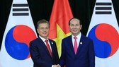 Vietnamese President Tran Dai Quang (R) meets with RoK President Moon Jae-in on the sidelines of the APEC Economic Leaders' Week in Da Nang city in November 2017 (Photo: VNA)