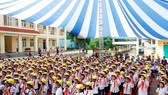Nearly 1,600 hi-quality helmets presented to primary students in Thai Nguyen Pro