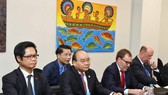 Prime Minister Nguyen Xuan Phuc (the second from the left) at a dialogue session in group with US firms (Source: VNA)