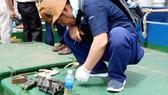 Chuyên gia hãng Doosan (Hàn Quốc) kiểm tra máy tàu BĐ 99245–TS của ông Trần Đình Sơn