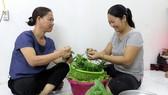 Theo bà Nguyễn Thị Hoa (bên trái), làm công tác dân vận thì nói phải đi đôi với làm
