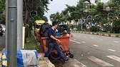 Người dân phải đi nhanh qua điểm tập kết rác trên đường Hàm Nghi