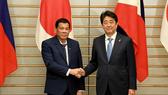 Tổng thống Philippines Rodrigo Duterte và Thủ tướng Nhật Bản Shinzo Abe. Ảnh: REUTERS