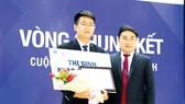 Luật sư Châu Việt Bắc tặng hoa chúc mừng thí sinh xuất sắc Cuộc thi Vmoot 2017 tại Trường Đại học Luật TPHCM