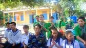 Tặng quà tết giáo viên và con chiến sĩ làm nhiệm vụ ở Trường Sa