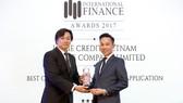Anh Trịnh Xuân Thảo - Trưởng phòng Kinh doanh trực tuyến, đại diện Home Credit Việt Nam nhận giải thưởng