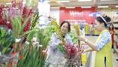 """Khách hàng hào hứng với """"chợ hoa Xuân"""" siêu thị VinMart"""