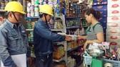 Nhân viên EVNHCMC tư vấn sử dụng điện an toàn cho người dân