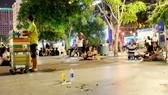 Người trẻ đến rồi đi, chỉ có rác ở lại trên Phố đi bộ Nguyễn Huệ. Ảnh: THU HƯỜNG