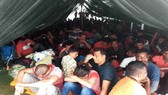 131 người Sri Lanka nhồi nhét trên tàu dầu cải tiến Etra bị Malaysia bắt giữ ngày 1-5-2018. Ảnh do Cảnh sát Hoàng gia Malaysia công bố