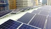 Pin mặt trời được lắp trên một tòa nhà tại TPHCM. Ảnh: CAO THĂNG