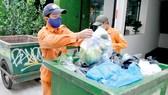 Nhân viên thu gom rác tại quận 1, TPHCM. Ảnh: CAO THĂNG