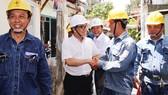 Ông Nguyễn Tấn Hưng, Chánh Văn phòng Đảng ủy EVNHCMC, thăm hỏi công nhân đang làm việc tại hiện trường