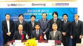 Hàng ngồi từ trái qua: ông Nguyễn Đình Thắng - Chủ tịch HĐQT LienVietPostBank, ông Hiromitsu Kuwahara - Tổng Giám đốc Doreming, ông Isao Kohiyama - Tổng Giám đốc MKI