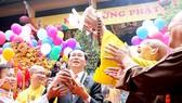 Chủ tịch nước Trần Đại Quang thực hiện nghi lễ phóng sinh chim bồ câu tại lễ kỷ niệm Đại lễ Phật đản Phật lịch 2560