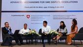 Các luật sư, chuyên gia kinh tế trao đổi tại một hội thảo diễn ra ở TPHCM về việc giải quyết tranh chấp bằng trọng tài trong quá trình hội nhập quốc tế. Ảnh: VIAC