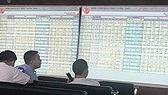 """Khối ngoại """"xả hàng"""" VN-Index vẫn tăng 17 điểm phiên cuối tuần"""
