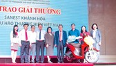 Ông Lê Hữu Hoàng - Chủ tịch Hội đồng Thành viên (mặc áo vét) cùng Ban Tổng Giám đốc Công ty Yến sào Khánh Hòa trao thưởng cho Anh Đậu Đình Phú (TPHCM) - người may mắn trúng giải thưởng 1 chiếc xe máy hiệu Honda Vision trong chương trình