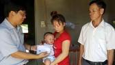 Trao 18,2 triệu đồng bạn đọc giúp bé Bảo Thiên