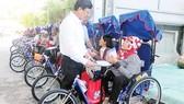 Công ty TNHH Một thành viên Xổ số kiến thiết TPHCM trao xe lắc tay cho người khuyết tật