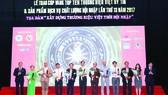 Ông Mai Quốc Thái (thứ 5 từ trái sang) cùng các doanh nghiệp Top 10 Thương hiệu Việt uy tín 2017