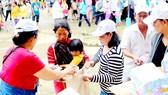Trao quà cứu trợ đồng bào dân tộc Rắc Lây ở xã Phước Tân