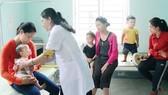 Trẻ em được khám sức khỏe tại thị trấn Trà Xuân