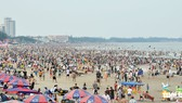 Rủ nhau vui lễ trên bãi biển