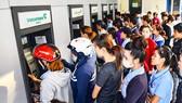 Tăng phí ATM, bóp người thu nhập thấp